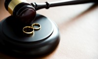 غياب الزوج عن زوجته لمدة طويلة يعطي لها الحق في طلب التطليق للغيبة طبقا للمادة 104 من مدونة الأسرة.